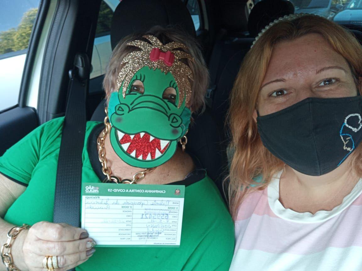 """""""Melhor virar jacaré do que morrer sem ar"""", diz professora que se vacinou contra a covid-19 usando máscara do animal - Divulgação"""